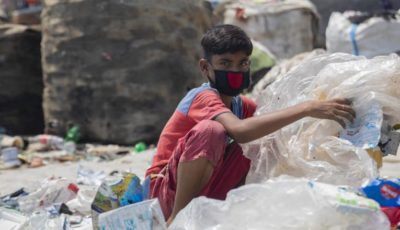 imagen de un niño trabajando en un basurero