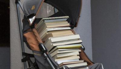 carrito de bebé lleno de libros en un portal