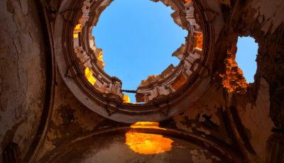 Imagen de la cúpula de un edificio de Belchite destrozado por bombas de la guerra civil española