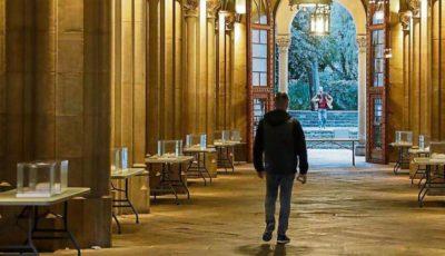 Un hombre camina por una calle con arcos